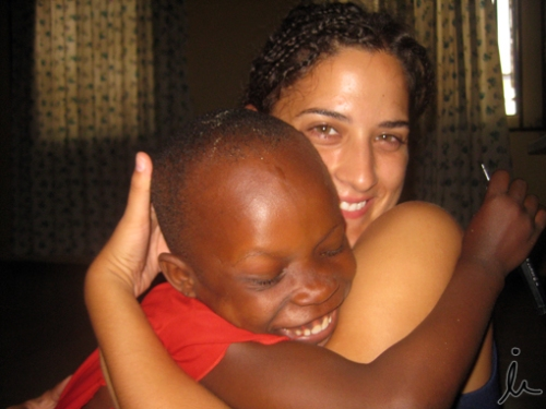 Abrazando a una niña