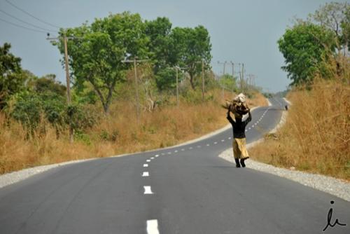Mujer caminando por Abi LGA